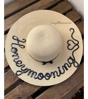 "Луксозна светло бежова шапка с надпис ""Honeymoonig ❤️"""